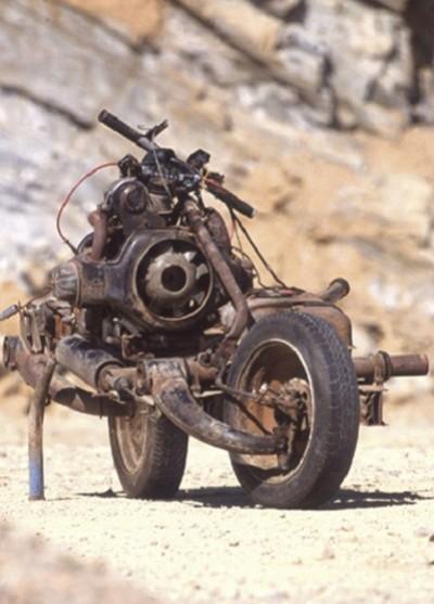 Trasforma l'auto guasta in una moto e si salva dal deserto 2
