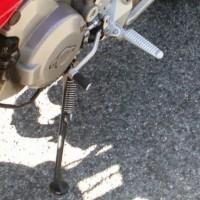 Posizionare la moto sul cavalletto laterale