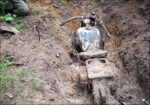 Una caccia al tesoro una moto riemerge da sotto terra dopo 80 anni 4