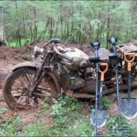 Una caccia al tesoro: una moto riemerge da sotto terra dopo 80 anni