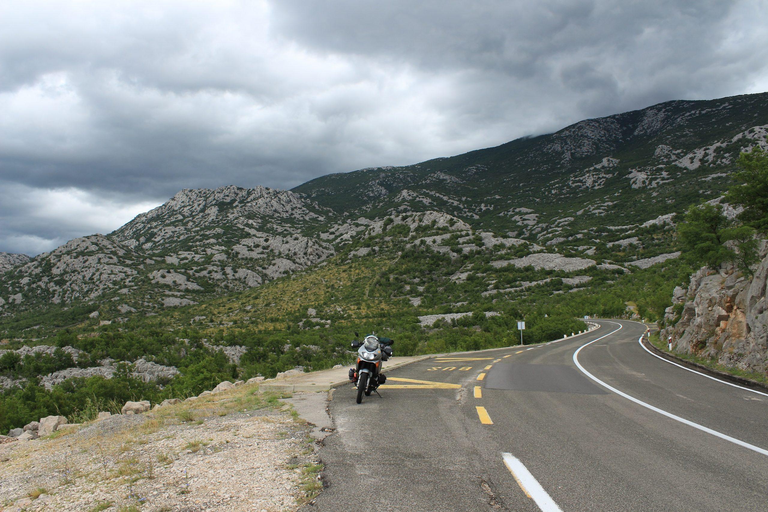 Come affrontare le salite e le discese in moto